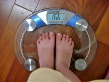 出發前先測量體重。三年前的 Ann 體重竟只有 16.6 公斤,她早就在家裡進行飢餓三十了嗎?