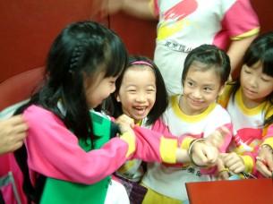 3 個小女生在偵訊室模擬被銬上手銬的情景~