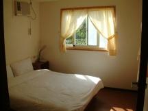 「綠色樹屋」一樓的臥室,十分通風且採光良好。