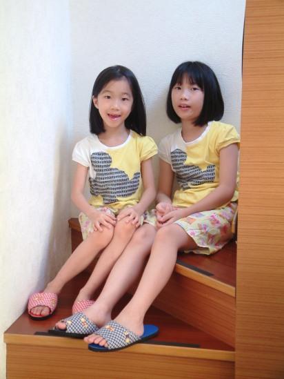 2A 坐在往二樓主臥室的樓梯間留影。