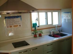 「綠能樹屋」一樓的小廚房空間。