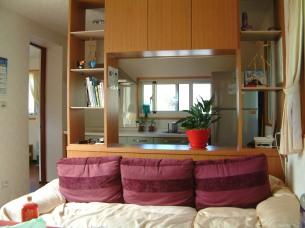 「綠能樹屋」的一樓客廳。麻雀雖小,五臟俱全,2A 很喜歡這個舒適空間。