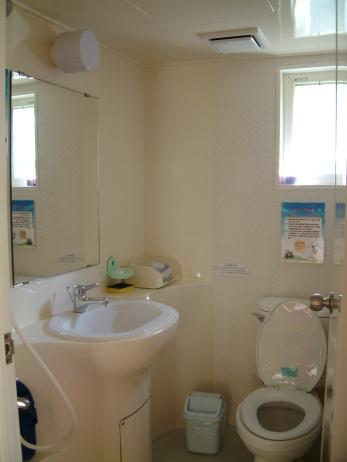 「綠色樹屋」裡的浴廁空間五臟俱全,亦為綠色可回收材料。