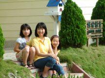 Lulu 及 2A 在「綠能樹屋」門前階梯作怪留影。