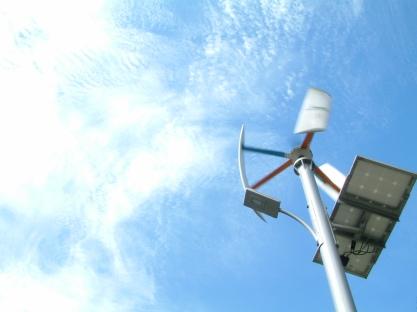 「綠能樹屋」門外兼具風力、太陽能發電的路燈。