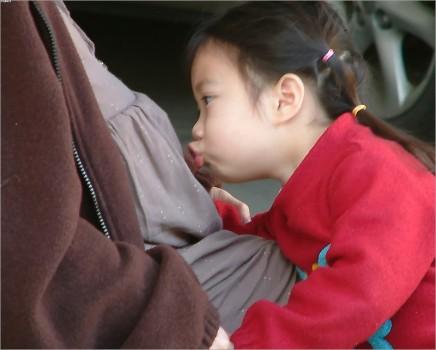 Alice 隔著媽咪肚皮親吻將在 15 天後出生的 Ann。這張經典照片成為我們描述 2A 緣份的起點~
