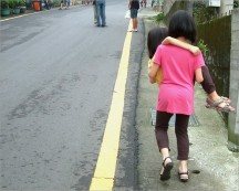 六個月前家族赴雲林古坑華山咖啡特區休憩,Ann 賴稱腳痠,讓喜愛展現力氣的 Alice 抱起她走上坡路~