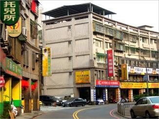 10 年來,全台灣的出生率下降了一半,但是,安親、才藝、補習班的數量卻成長的 4 倍。即使在國小的校門口,也開設了安親機構,直接招收課後無法直接返家的孩子~