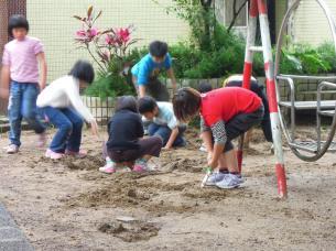 校園內的戲沙區,雨天剛過,就有一群學生在沙裡玩起來了~