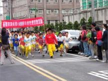 為了推廣運動、增進體能,校長發起環校路跑活動,並邀請家長會一同參加~