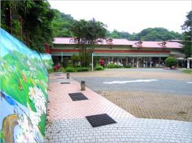 瑞柑國小校景,左側擋土牆繪有鄰近的猴硐、瑞芳景色~