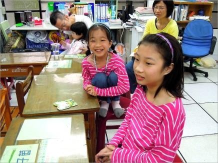 蛙類課程有抓蛙體驗,但因小蛙跳出老師的手掌,Ann 害怕遭到蛙吻而緊張到兩腳縮到椅子上~