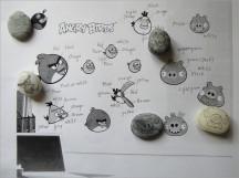 我在列印後的圖像上標註顏色,再依據石頭形狀,草繪 Angry Bird Family 的輪廓,以利 2A 著色~