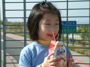2006.12,2A 共飲一瓶飲料時的鏡頭之一~