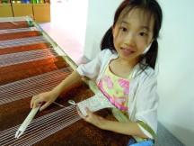 Ann 在彰化的緞帶文化園區(有些文宣品上的名稱是「緞帶博物館」,從規模來看比較名不符實)體驗緞帶的基本編織方法~