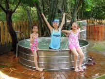 Ann 和姊姊們在農場裡的水池裡戲水消暑~