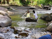 遠望坑溪的溪水清澈,小魚眾多,是孩子(包括已成年的「孩子」)的樂園~