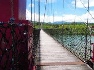 龍門吊橋橋面平穩,步行、騎自行車都很愜意~