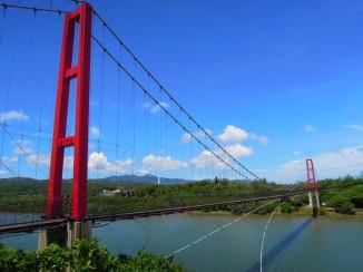 跨越雙溪河,長約 200 公尺的龍門吊橋~