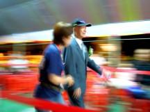 共有 8、9 位榮民伯伯受表揚步入會場~(多數榮民伯伯們的身體硬朗,走路速度還蠻快的,很難對焦攝影)