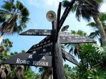 「綠世界生態農場」園區的金剛鸚鵡區前方,矗立一支有趣的路標~
