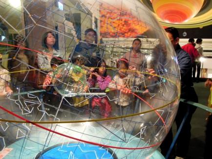 導覽志工正在解說從「地球」觀看「天球」上的星座~