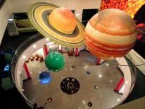 「天文科學教育館」裡懸掛的大型太陽系行星模型~ 我求學時學的是太陽系有 9 大行星,不過,「冥王星」的質量太小,無法清除軌道上其他物體,不符合行星的定義,因而被降級成為「矮行星」。現在,太陽系只有 8 大行星~