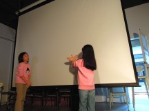 2A 登台演出「老鷹與野狼合作覓食」,Ann 說溜嘴把「野狼」說成「小狗」,Alice 趕緊辯白~