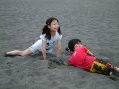 2A 和好朋友一起在沙灘掘洞(攝於宜蘭縣外澳沙灘)~