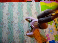Ann 第一天練習頭手倒立的情況(在房間拍照,光線不足、Ann 動作太快,畫面難免模糊)