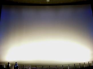 這個巨型螢幕尺寸為 22 公尺 (W) x 29 公尺 (H),觀賞 3D 電影具有臨場感~