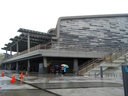 全新的海科館海洋劇場建築外觀,以海水經過礁石的流動感做為海科館的主要設計~