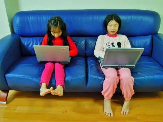 2A 把筆記型電腦的空殼(附鍵盤)當成玩具,開始練習打字~