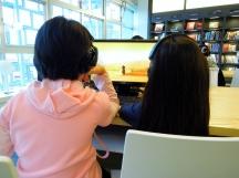2A 在電腦前觀賞法國得獎卡通片《嘰哩咕與野獸》~