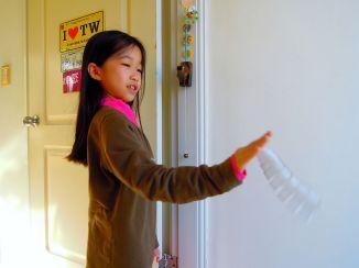 成為孩子的掌中玩具 - 彈簧圈。 孩子可以拿在手上隨地甩出,訓練手眼協調~