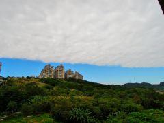 有時候,雲卻濃得化不開,一大片覆蓋整個天空(攝於自宅窗外)~