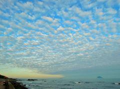 高積雲呈輻射狀由北方(天空左下角)發散開來(攝於新北市野柳地質公園旁)~