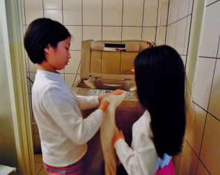 2A 將衣物翻至適合洗滌的一面(外衣內面、長袖內藏)之後,才投入洗衣機內~