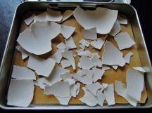 將蛋殼收集再一小盒中,避免碎得地上都是蛋殼碎片~