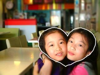 對圖像敏感的 Ann,發現姊妹倆的臉靠在一起,就是一顆愛心~