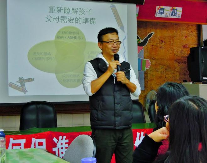 《大腳小腳、走讀台灣》作者郭駿武老師,現任「台灣親子共學教育促進會」秘書長。他們夫妻帶著 4 歲孩子,3 個人、2 台娃娃 車,以 93 天時間沿著海線逆時針徒步環島 1198 公里。