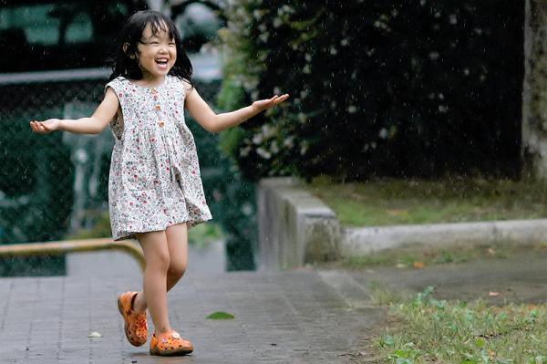 Singing girl ~ (Image via ki.I,CC License)
