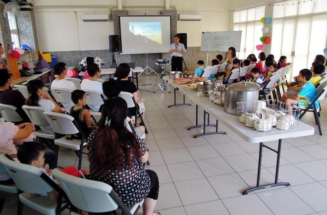 Alice 班級曾借用一位同學家舉辦同樂會,除了老師、學生、家長和兄弟姊妹,校長也親臨致詞~