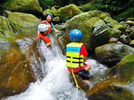 對孩子來說,這些溪澗有高度落差,是挑戰也是樂趣~