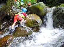 Ann 攀爬溪邊石頭至上游處~