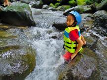 對瘦小的 Ann 來說,溪水稍微湍急,正可激發她的勇氣~