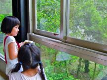 朋友的孩子隨身攜帶圖鑑,正在比對飛進餐廳的蜻蜓~
