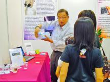 Lulu 的同事,也是熱心的老師,向 2A 逐一介紹紫外線餐具袋、雙向 LED 燈應用於折射鏡的用途及原理。