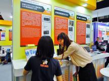 2A 參觀會場,好奇地詢問太陽能如何幫手機充電~