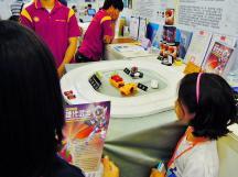 2A 受到跑車玩具的吸引,又對鹽水與高活性金屬組合的電池感到佩服~